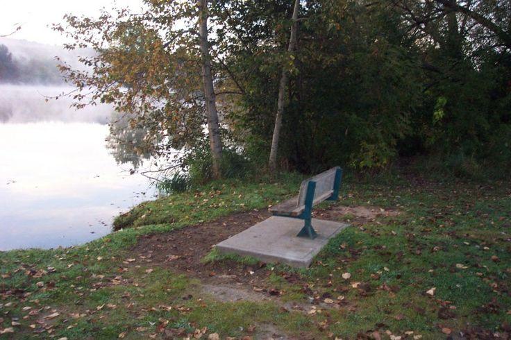 banc avec vue sur la rivière Magog... Bench with view on Magog's river