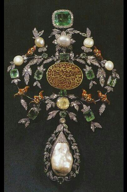 Pendant. Ottoman, ca. 17th century. Diamond, emerald, ruby, pearl. (Topkapı Palace, Istanbul).