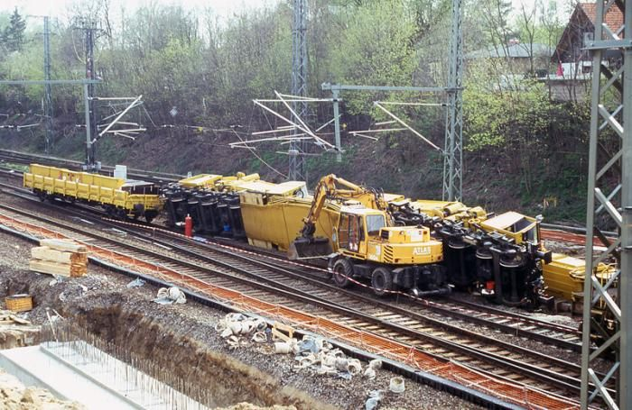 to look at the accident site at Birkenwerder station about three hours after the accident --- The accident happened between Berlin-Lichtenberg and Oranienburg failures and diversions of trains. --- DB - Germany -- der EDK Leonhard Weiss GS 150.14 TR 97 82 51 501 19-0 am 03. Mai 1997 in Birkenwerder.