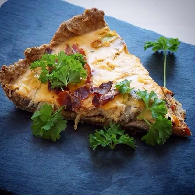 En lækker krydret tærte som er lidt thai inspireret, den er nemlig lavet med karrypasta og kokosmælk. Desuden er der champignon og parmaskinke i. Mååms