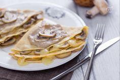 Le crespelle alla crema di funghi e fontina sono un primo piatto molto delicato, caratterizzato dalla loro morbidezza, che si scioglie in bocca!