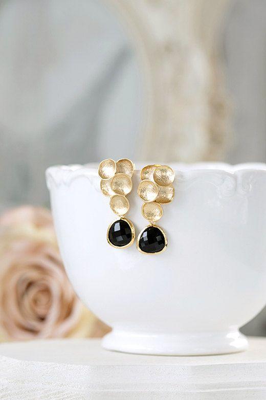 Diese sind schön und einzigartig schwarz und Gold post Ohrringe. Facettierte Schwarzglas Kristalle sind facettiert und Gold umrahmt. Strukturierte gold Bläschen sind Matt vergoldet über Messing mit Sterling Silber Ohr Posts, die ideal für empfindliche Ohren. Diese Ohrringe sind perfekt für einen romantischen Abend oder ein gold und schwarz themed Hochzeit. Glaskristalle können in verschiedenen Farben auf Ihren Wunsch geändert werden.  ♥ Mess- und Details:  Gesamtlänge: ca. 1.5(37mm)…