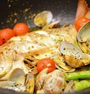 イタリア料理店の定番メニュー「アクアパッツァ」はみんなでシェアしてワイワイ楽しめる1皿ですよね。お家で作るのは難しそうと思われがちですが、実は意外と簡単に作れてしまうのです♪豪華で見栄えもするとっておきのレシピをご紹介します。 ■ハーブ香る鯛のアクアパッツァ  <ハーブ香る鯛のアクアパッツァ>by 槙 かおるさん 15~30分 人数:2人 オリーブオイルとにんにくを熱したフライパンで鯛を両面こんが