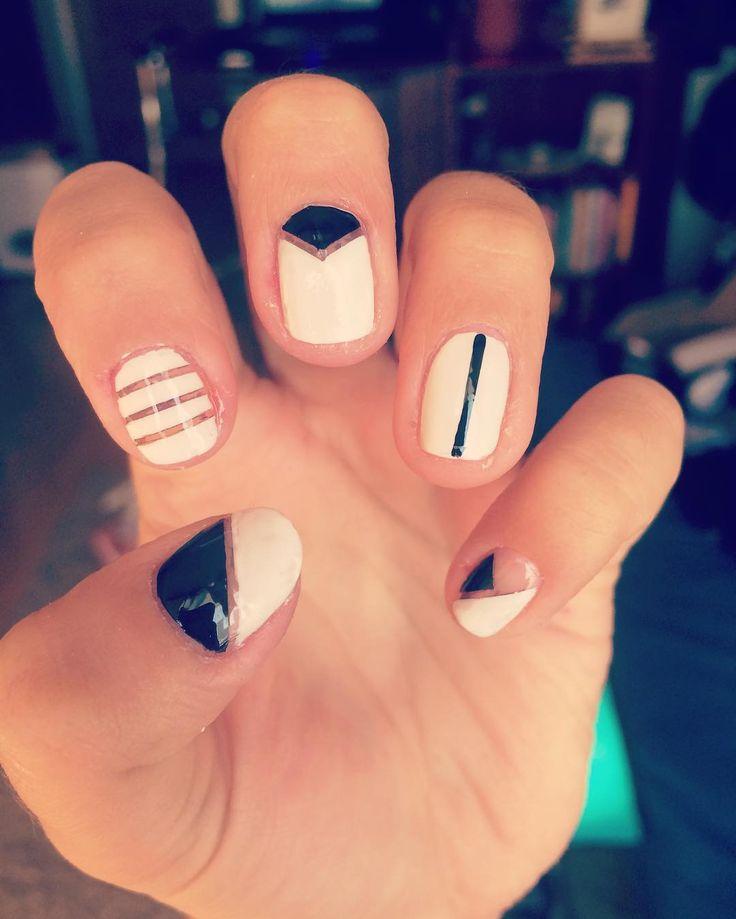 Negro&Blanco, una carta segura! ✨#colorarte #instanailschile #instanails #instadesign #nails #naildesing #nailschile #nailart #nailartchile #nailartdesign #manicure #manicurechile #uñas #unhas #nail #nailpolish #nailswag #chinaglaze #jordana #maybelline #colorshow #florelle #negativespace