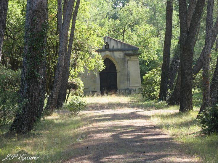 CARPENTRAS Intérieur du cimetière isréalite vu de la porte latérale se trouvant sur le chemin de l'aqueduc