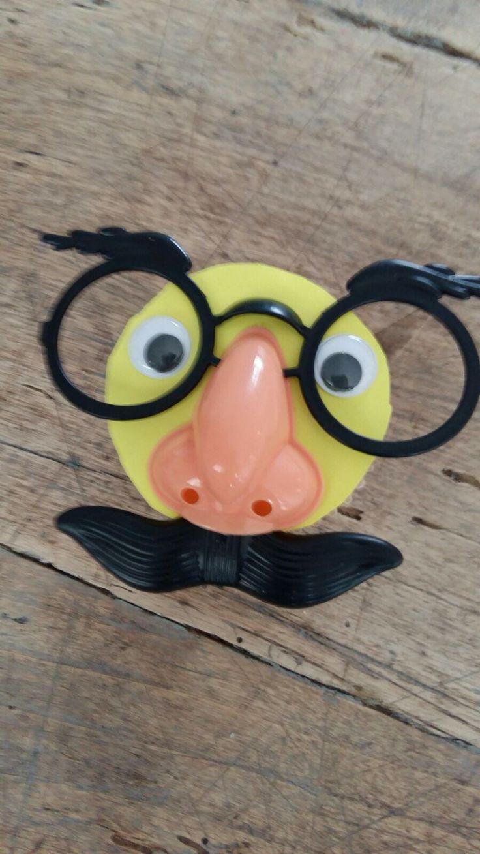 Cupcake met snor en bril. Kan ook met een eierkoek