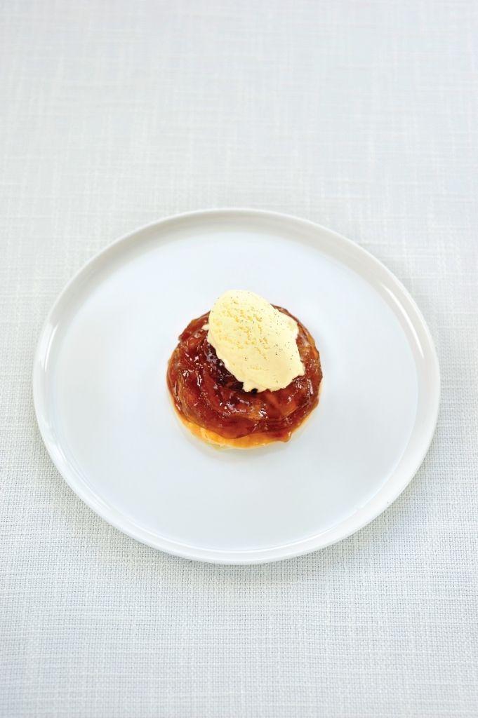 Bereiden:Maak eerst de karamel: doe de witte suiker en de rietsuiker in een steelpannetje. Laat smelten op het vuur. Voeg de pitjes van een vanillestok, een kaneelstokje, 2 steranijs en een tonkaboon toe. Wanneer de karamel de gewenste kleur heeft mag het limoensap erbij. Voeg er nog twee lepels gezouten boter aan toe en zeef de karamel boven een bakplaat met een bakpapiertje er in. Laat afkoelen in de koelkast. Schil de appels, verwijder het klokhuis en snij ze in dunne schijfjes.