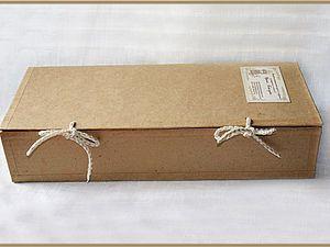 Добрый день! Хочу рассказать как я делаю упаковочные коробочки для своих кукол. Куклы у меня текстильные и полностью сделаны из натуральных материалов. И упаковка была нужна подходящая по стилю к куклам и к тому же прочная, что бы при пересылке кукла не помялась и не растрепалась. Коробочки я делаю из тонкого гофрированного картона. Получается быстро и довольно прочно. Необходимые материа…