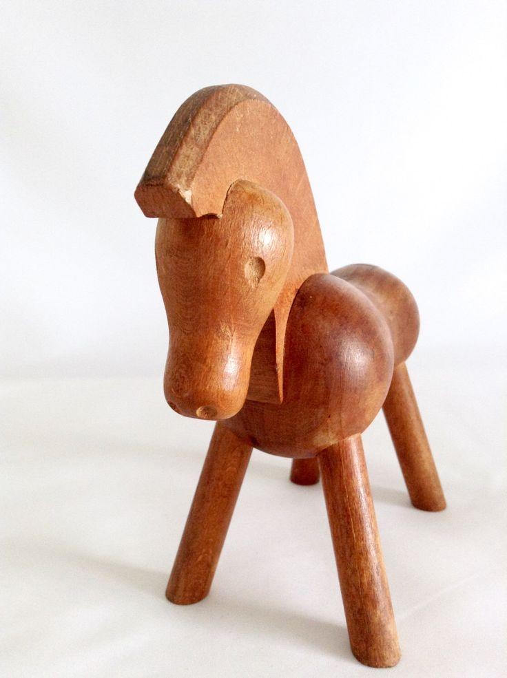 Houten paard, Kay Bojesen Denmark, Mid Century, Deens moderne stijl, van de jaren 1950, Vintage Collectible door detteryan op Etsy https://www.etsy.com/nl/listing/470578405/houten-paard-kay-bojesen-denmark-mid