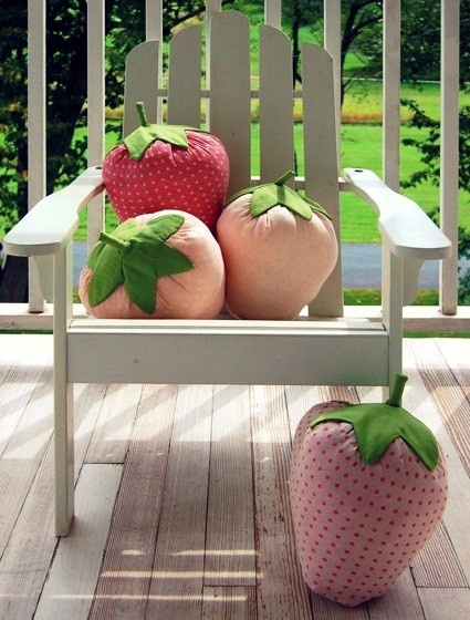strawberry plushies!! Perfect for strawberry-themed little girl's bedroom I hope to have someday ^^