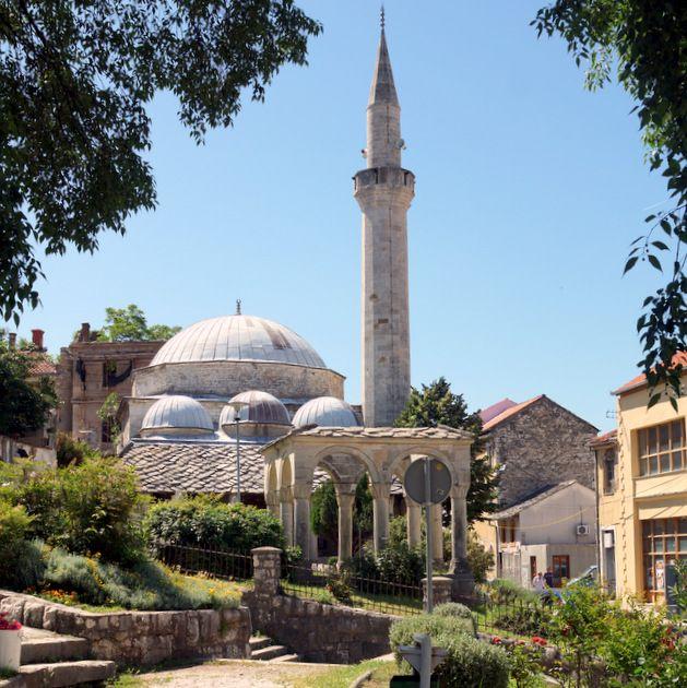 Meczet Nezir-Agina Dżamija w okolicy Muzeum Hercegowiny.