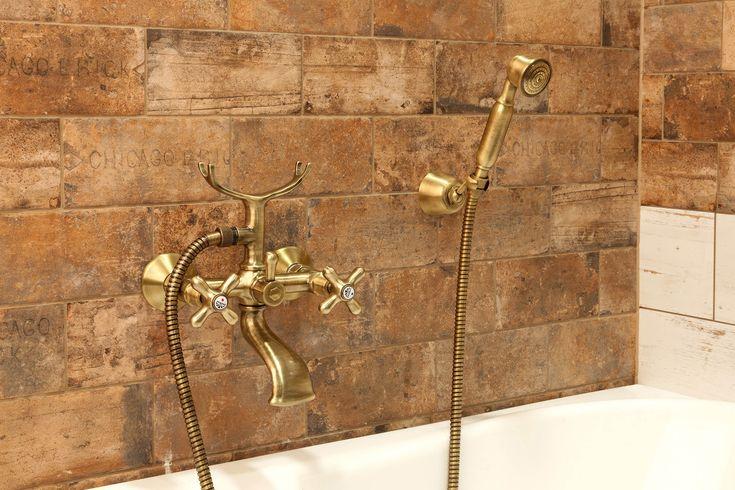 Country koupelna. Dodržíte-li základní pravidla country stylu, sladíte obklad imitující pálené cihly s podlahou ze dřeva nebo dlažbou v barvě terakota, stylovým nábytkem a dekorací formou bronzových doplňků, protnete cílovou pásku!