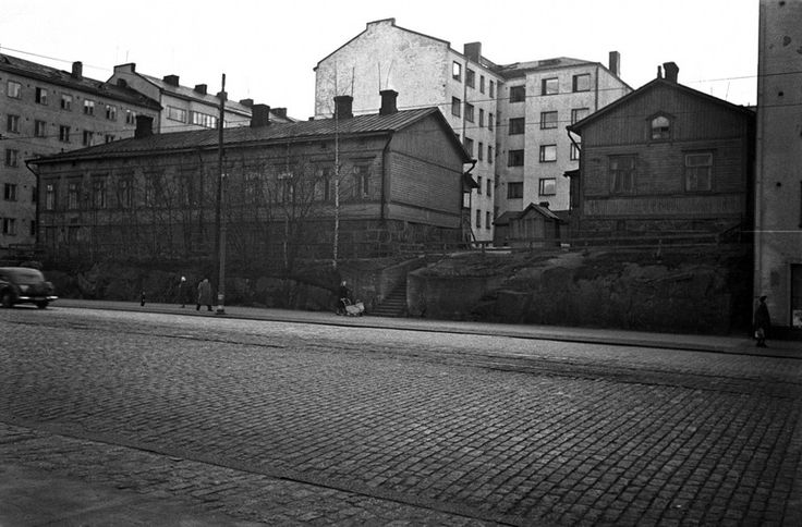 Puurakennuksia, Mannerheimintie 102. Heinonen Eino 1950, Helsingin kaupunginmuseo Nykynäkymä: https://www.google.fi/maps/@60.1893356,24.9171067,3a,90y,213.6h,102.22t/data=!3m6!1e1!3m4!1szIWQFcPVebD9eqw55hlwzA!2e0!7i13312!8i6656