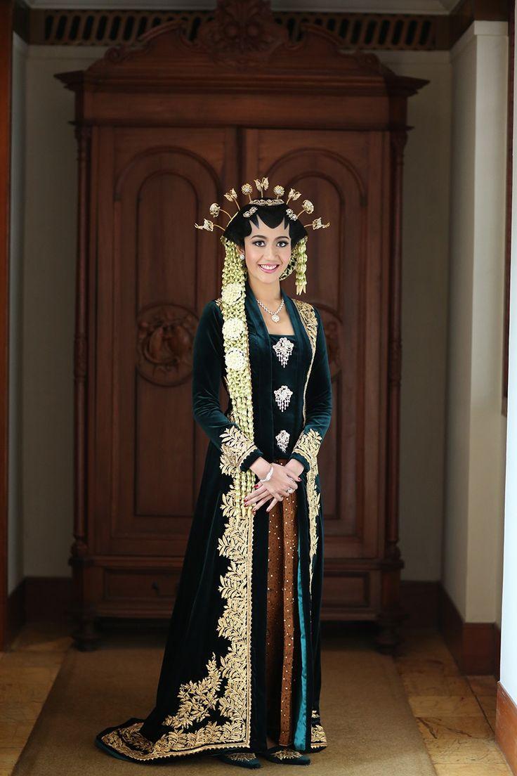 Library Themed Wedding of Nuy and Aji - the bride dept pernikahan adat jawa dharmawangsa hotel airy designs