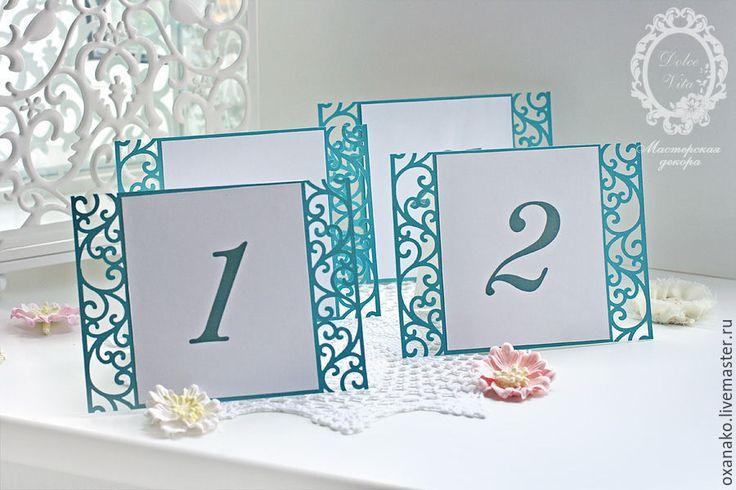 Купить или заказать Номера столов бирюзовые ажурные в интернет-магазине на Ярмарке Мастеров. Номера столов выполнены из дизайнерского картона. Что можно изменить: — цвет номера столов — шрифт номера — рисунок узора на номере стола — цвет ленты Номера столов могут быть выполнены в любом стиле по вашему желанию. И для любой коллекции из моего магазина. К данным Номерам столов подходят к следующие свадебные аксессуары: Приглашения: www.livemaster.…
