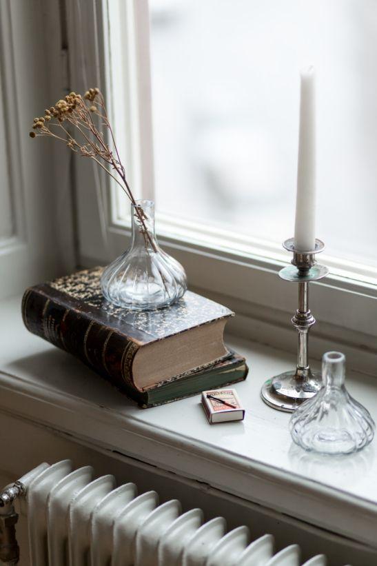fönster bok ljusstake vas
