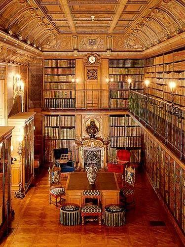 Le Cabinet des livres du Duc d'Aumale, au Château de Chantilly (France). Il contient environ 13000 volumes, dont 750 manuscrits.