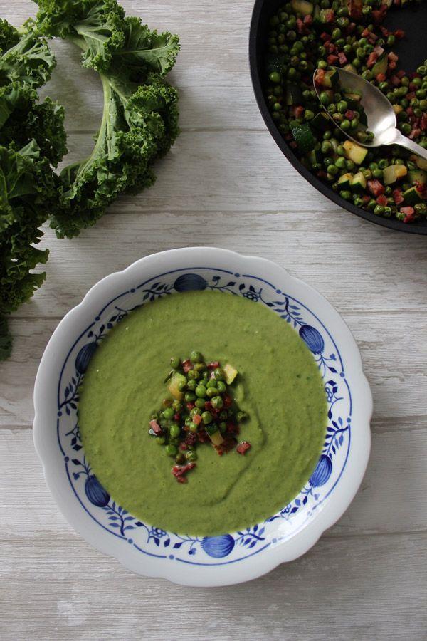Rezept für leckere Grüne Gemüsesuppe mit Blumenkohl, Zucchini, Erbsen, Grünkohl und Speck.