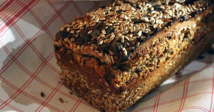 Nybakat bröd smakar fint till julbordets läckerheter. Ernst gör ett snabbt och enkelt bakpulverbröd med massor torkad frukt, frön och nötter.