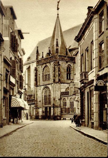 De Voorstraat met gezicht op de ingang van de Grote Kerk aan de Grote Markt. Rechts een café met Heinekens (nog met een S geschreven) bier.