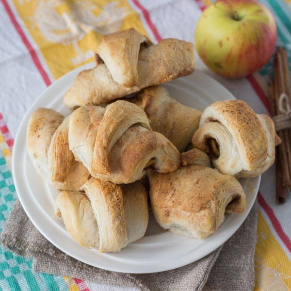 Как приготовить простые слойки с яблоком и корицей
