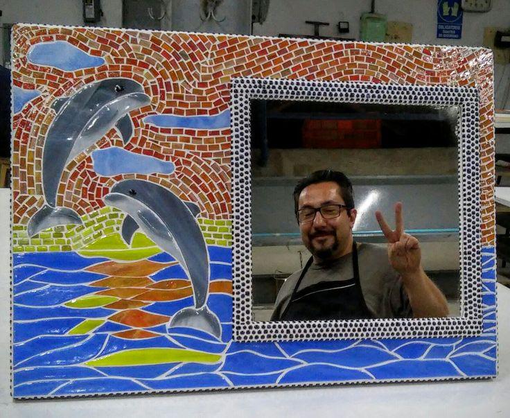 """""""Delfines al atardecer"""" Mosaico al corte con vidrio horneado. Medidas 70 x 50 cm Espejo de delfines, totalmente hecho a mano, elaborado en la técnica de vitromosaico con vidrio horneado y marco de madera forrado con vidrio morado"""