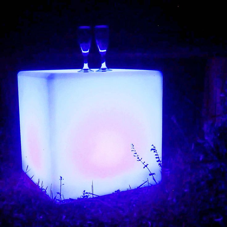 Cubo a #led per un'atmosfera magica.  #arredo #giardino #garden #design #outdoor #moon #party #bar #flute #blue #light #showlight