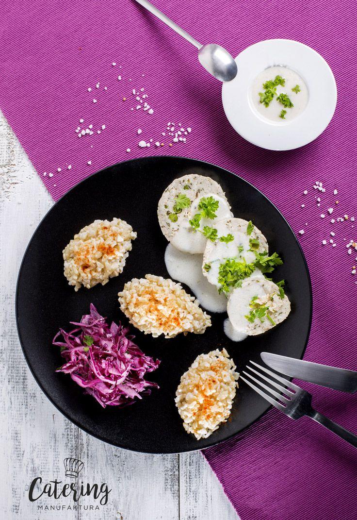 Roladka z kurczaka z zielonym groszkiem sosem serowym podana z ryżem naturalnym i surówką z czerwonej kapusty.
