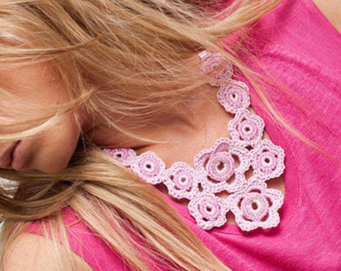 Fiore rosa collana / Girly collana / collana bavaglino / collana / pallido rosa collana / 1960 gioielli / impreziosito