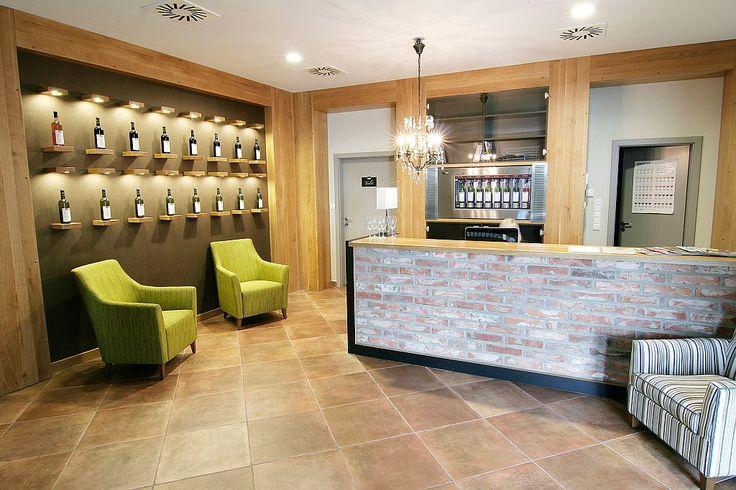 Vinársky hotel - vínna stena pri barovom pulte