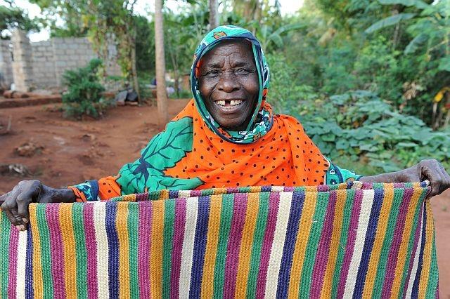 Tum Sheha ha 70 anni e ci mostra la coperta colorata che ha realizzato dopo aver recuperato la vista