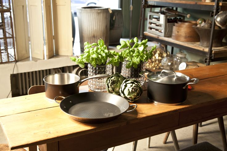 Дизайн кухни в стиле кантри близок к деревенской природе. Натуральный камень и древесина с минимальной обработкой – обязательные участники для оформления и обстановки интерьера. Именно поэтому кухня выглядит по-настоящему домашней, теплой и уютной.