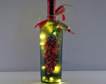 Botella de vino de ristra de Chile rojo luz, pintado a mano, rústico rojo y verde, decoración de la cocina del estilo suroeste