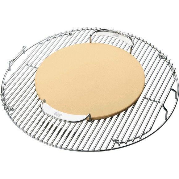 Mit dem WEBER® Pizzastein (D: ca. 34 cm) erzielen Sie tolle Pizzen wie beim Italiener um die Ecke! Denn unter dem geschlossenen Deckel eines WEBER® Grills erreichen Sie sehr hohe Temperaturen - perfekt für die Zubereitung von hauchdünner Pizza!