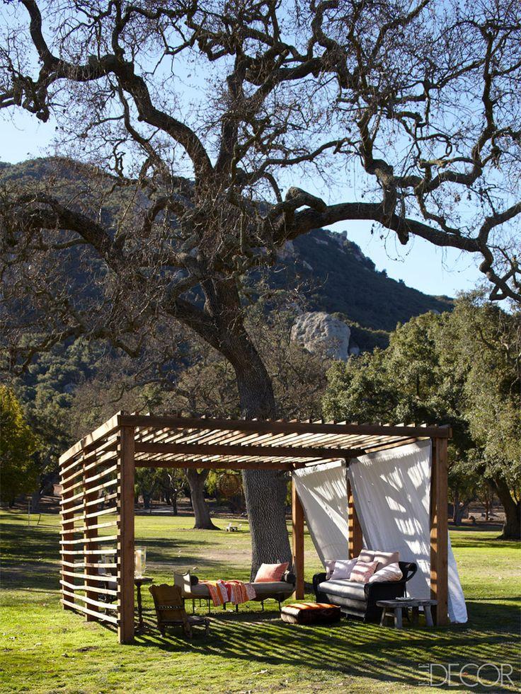 Riding High: Portia De Rossi and Ellen Degeneres's Ranch. - Wat een prachtige omgeving en tuin, dit gevolgd door het heerlijke plekje in het midden hiervan maakt dat ik hier wil zijn!!! De witte doeken zorgen voor een dromerig effect ten opzichte van de strakke lijnen van de houte overkapping.