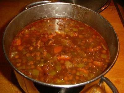 Heerlijke linzensoep met selderij, prei en wortel. Heel erg lekker met chorizoworst of een andere pittige worst. Mijn man kon niet ophouden met eten. Zo lekker...
