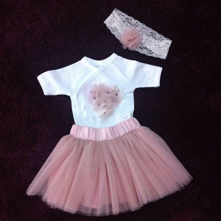 Set bebe din fusta de tulle, body cu inimioare din tulle si bentita cu floricica din tulle. Se poate realiza si pe alte culori.