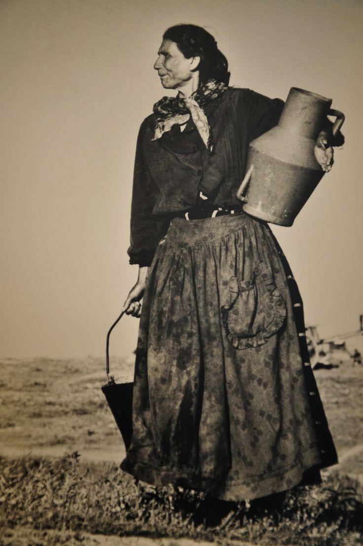 Gipsy woman, Alentejo, Portugal. By Eduardo Gageiro, 1980.