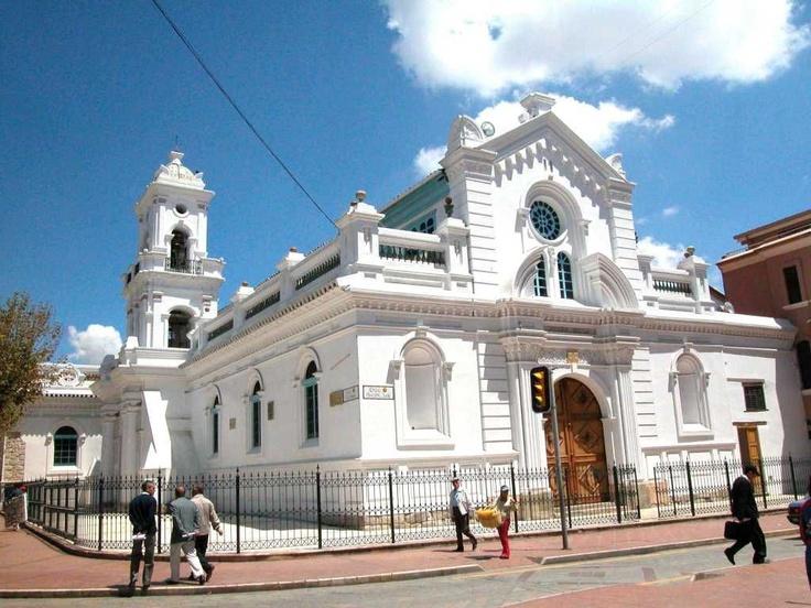The old cathedral of cuenca or iglesia del sagrario for Ministerios del ecuador