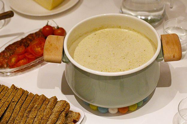Jag börjar likna soppdrottningen. Jag langar soppor på löpande band. Vitkål är ju så gott och enkelt att variera. Goda tillbehör gör vilken soppa som helst till riktigt trevlig bjudmat.Till 4-6 personer: 1 röd/gul lök 2 vitlöksklyftor 600 g vitkål 1,5 liter vatten 1/2 tsk salt 1 tsk herbamare 1,5 dl grädde 1 dl cream...