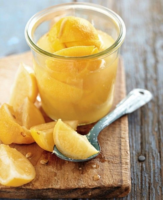 """レモンを塩で漬け込んで醗酵させる、自家製調味料""""塩レモン""""。今夏話題になりましたが、漬け込んだけれどまだ残っているという方や、未だ挑戦していない方もきっと多いはず。""""塩レモン""""は夏の季節に限らず、一年を通して活躍する万能型の調味料です。塩レモンを使った秋冬に活躍するレシピの数々を紹介します。"""