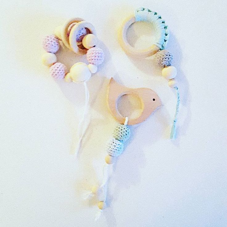 Legetøj og bideringe i én 😉🐦 #DIY #hæklede #bideringe #legetøj #crochettoy #crochet #crocheting #crochetlove #yarn #yarnaddict #rangle #amigurumitoy #træringe #hækledeperler