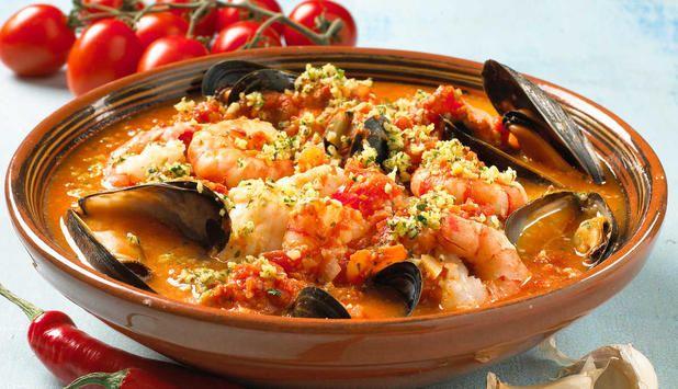 Denne smaksrike fiskegryten inneholder både blåskjell, breiflabb, sjøkreps og reker, du trenger bare servere brød til. På spansk heter denne retten Zarzuela. #fisk #oppskrift #middag