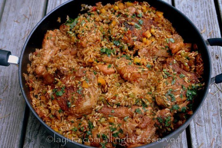 Receta fácil para preparar el arroz con pollo, un delicioso y tradicional plato latino de pollo y arroz cocinado en un caldo con verduras, especias, y hierbas.