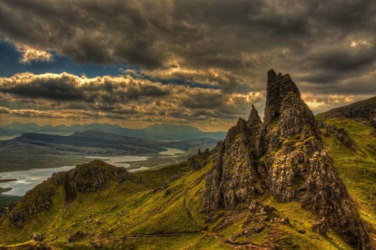 Mitos dan legenda berlimpah di Skye dan Lochalsh, dan ada banyak tempat di mana Skye Faeries dikatakan dilihat, baik sekarang atau di masa lalu. Glen Brittle (Gleann Breadail di Gaelik Skotlandia) adalah sebuah lembah besar di selatan Isle of Skye, di Skotlandia. Itu membentang dari selatan ke utara, di sepanjang Sungai Rapuh, yang memiliki mulut di Loch Rapuh (loch laut http://kemanaajaboleeh.com/2015/02/destinasi-wisata-tercantik-di-dunia-versi-buzzfeed/