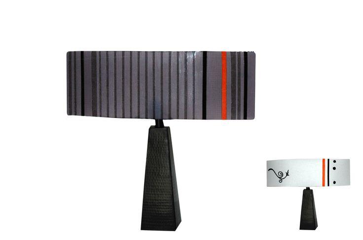lampe vice versa compos d 39 un pied trap zoidal noir et d. Black Bedroom Furniture Sets. Home Design Ideas
