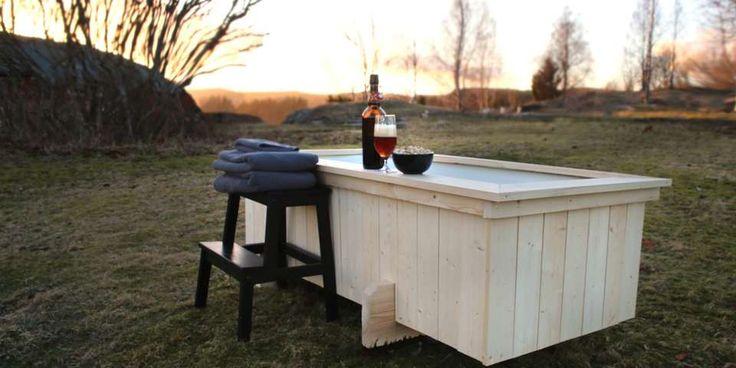 Solnedgang: Et badekar er et perfekt sted å nyte solnedgangen på hytta. Selvsagt finnes det enklere løsninger og mer fancy varianter. Men å senke seg ned i et badekar du har laget selv, er i hvert fall helt spa!