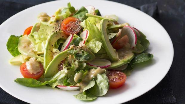 Salát s avokádem a hořčičnou zálivkou Foto: