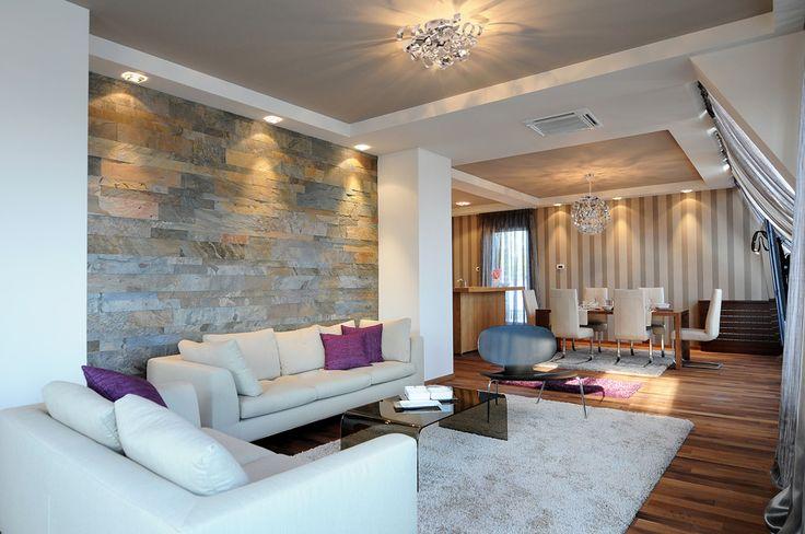 #Salon de style #contemporain avec #suspendu et #semiplafonnier. / #Contemporary #livingroom with #pendant and #semiflushmount.