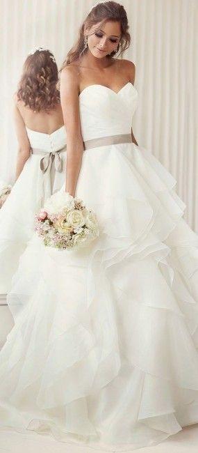 Coucou mes beautés ! Parce qu'on aime toujours parler robes de mariées, aujourd'hui une petit sélection de 10 robes élégantes ! Quelle est votre préférée ? : 1 2 3 4 5 6 7 8 9 10 Retrouvez aussi : 10 robes de mariée sexy :